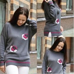 Вязаный свитер с вышитыми розами выполнен из итальянского мягкого и шелковистого мериноса оттенка серого с сиреневым подтоном