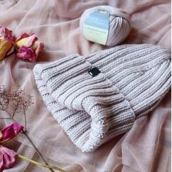 Вязаная шапка оттенка холодной светлой пудры выполнен из итальянского мериноса Casagrande