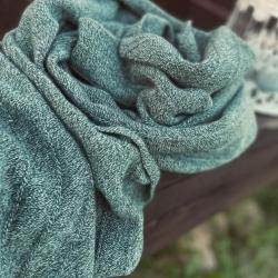 Вязаный палантин оттенка шалфея и полыни выполнен из итальянского кашемира