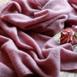 Вязаный палантин оттенка сухой розы выполнен из итальянского кашемира