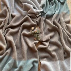 Вязаный палантин в припыленных, сложных горных оттенках выполнен из итальянского кашемира