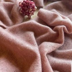 Вязаный палантин припыленного оттенка пудрового кварца выполнен из итальянского кашемира